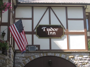 tudor_inn_exterior_sign