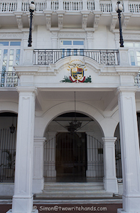 entrance_to_panamanian_presidential_palace